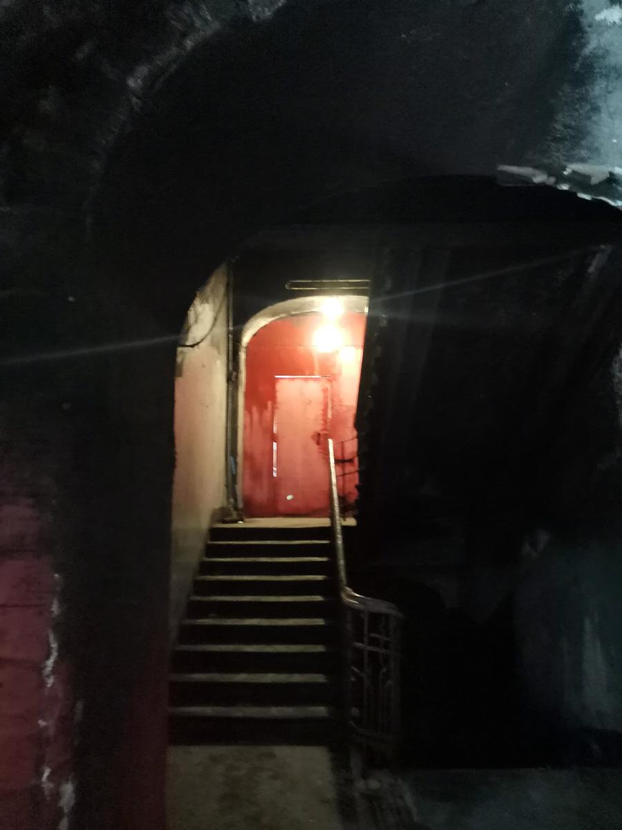 Тусклая лампа едва освещает лестницу...