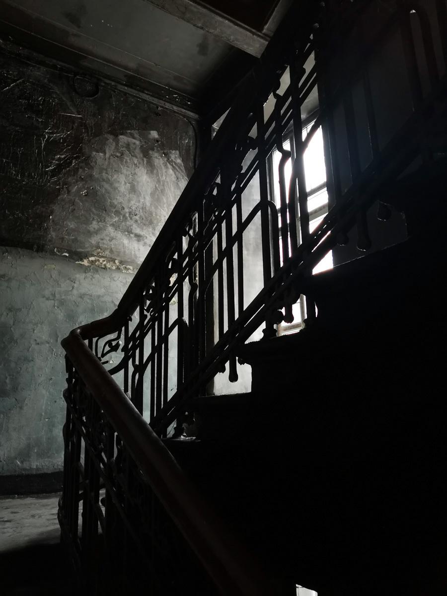 На втором этаже окно не заколочено и становится немного светлее...