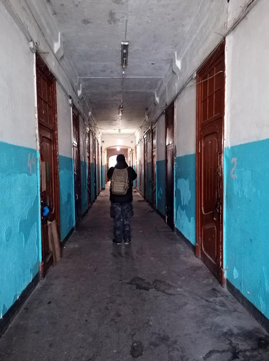 На втором этаже железная дверь оказалась открытой и мы попадаем в длинный коридор...