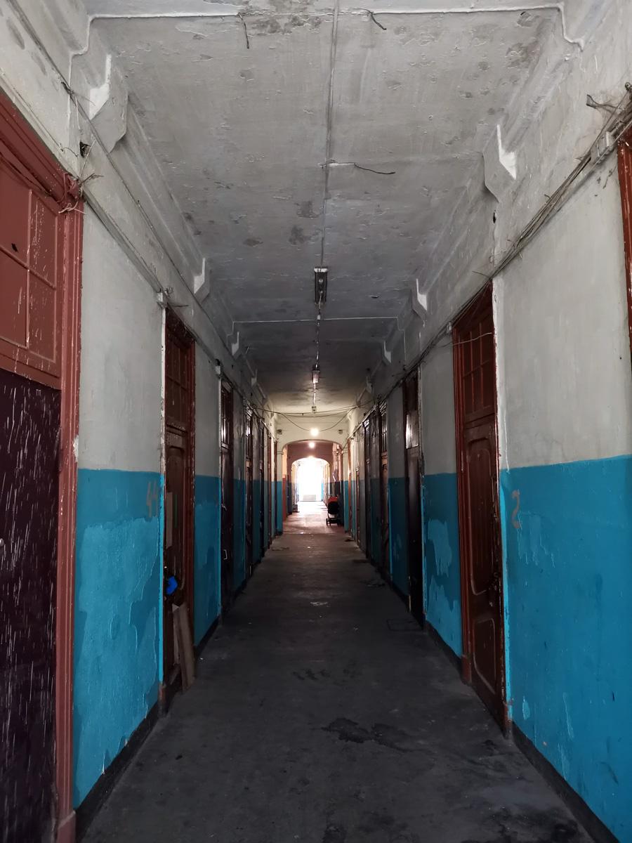 Множество дверей, часть из которых заменена на современные, часть входов в комнаты просто заколочены досками...