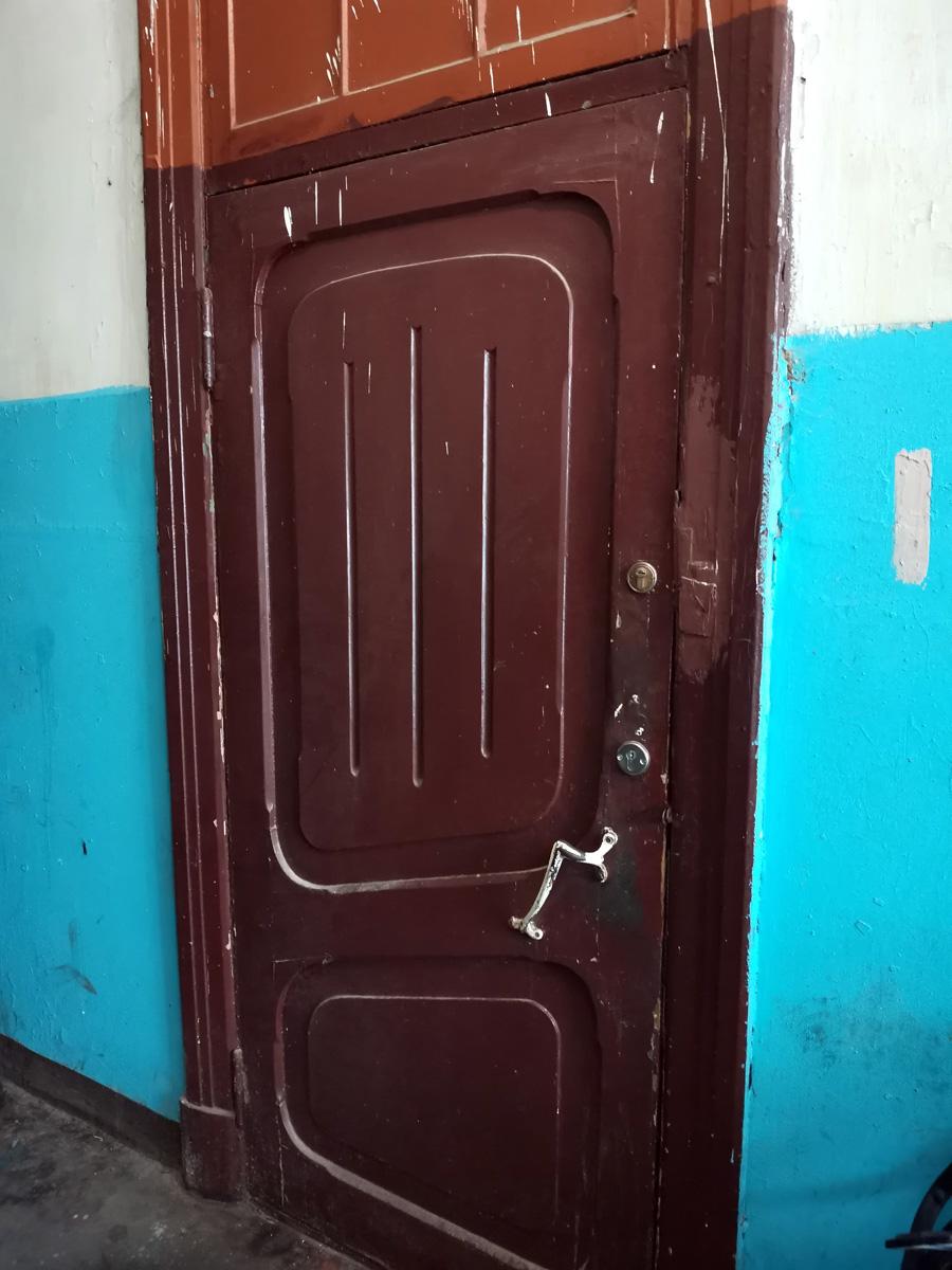 Но в основном двери исторические. Даже ручки родные. Умели раньше строить надежно!