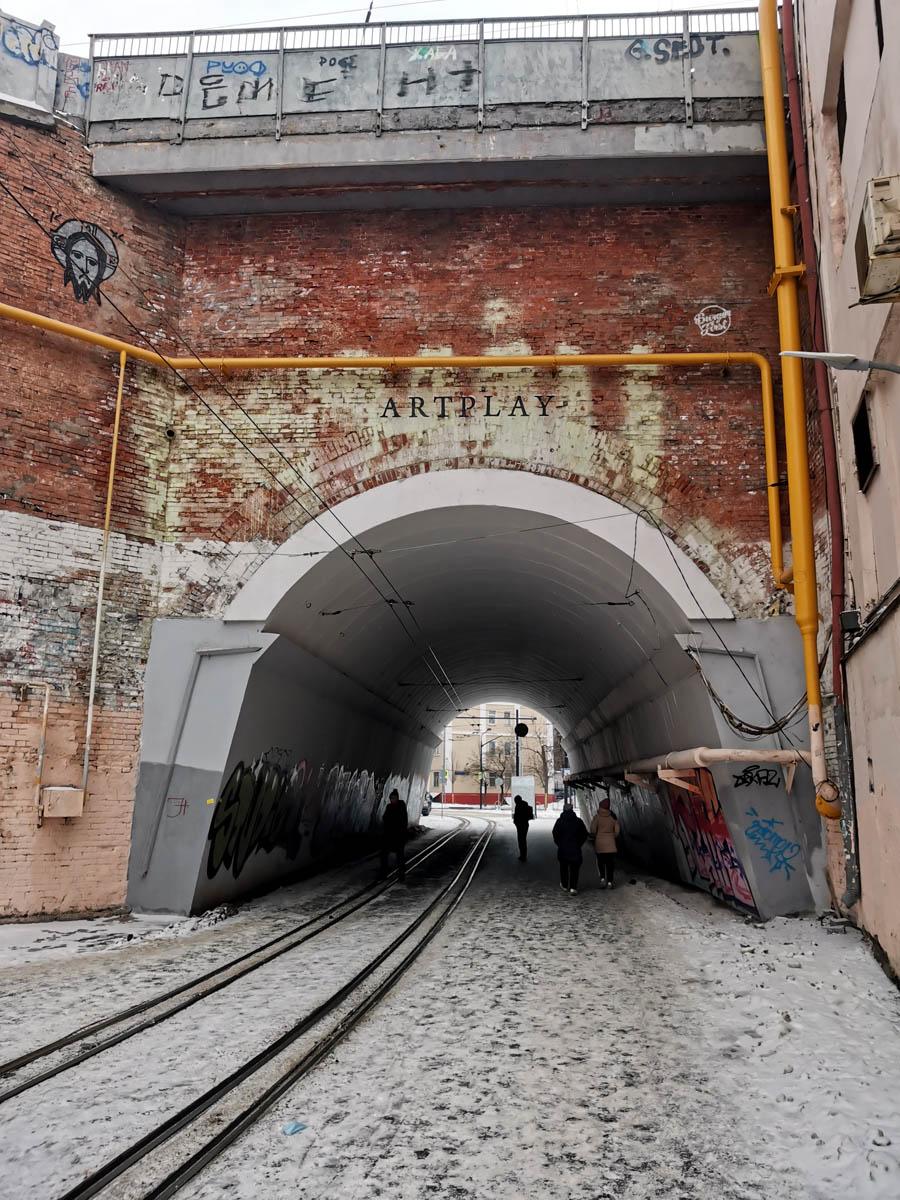 Сыромятническое трамвайное сплетение. Габарит тоннеля вмещает только один трамвайный путь. Поэтому, здесь встречные пути проложены с наложением друг на друга.