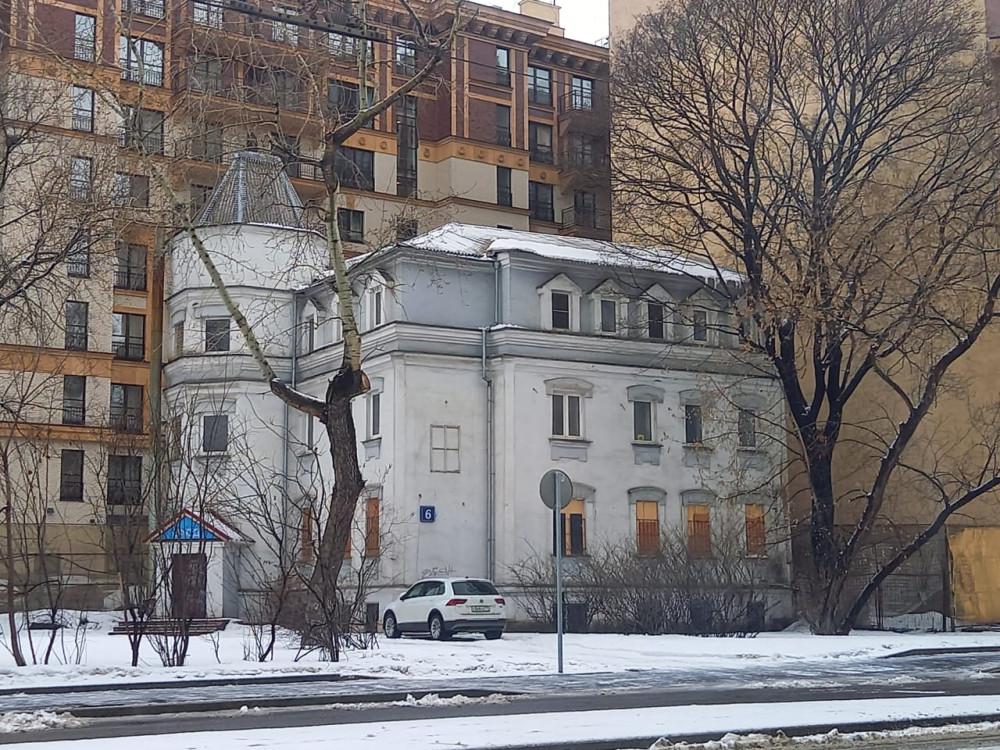 Двухэтажное нежилое здание, построенное в 1900-х гг. Ранее здесь размещалось Некоммерческое партнерство «Миссия Битца», осуществлявшее продажу книг Л. Рона Хаббарда