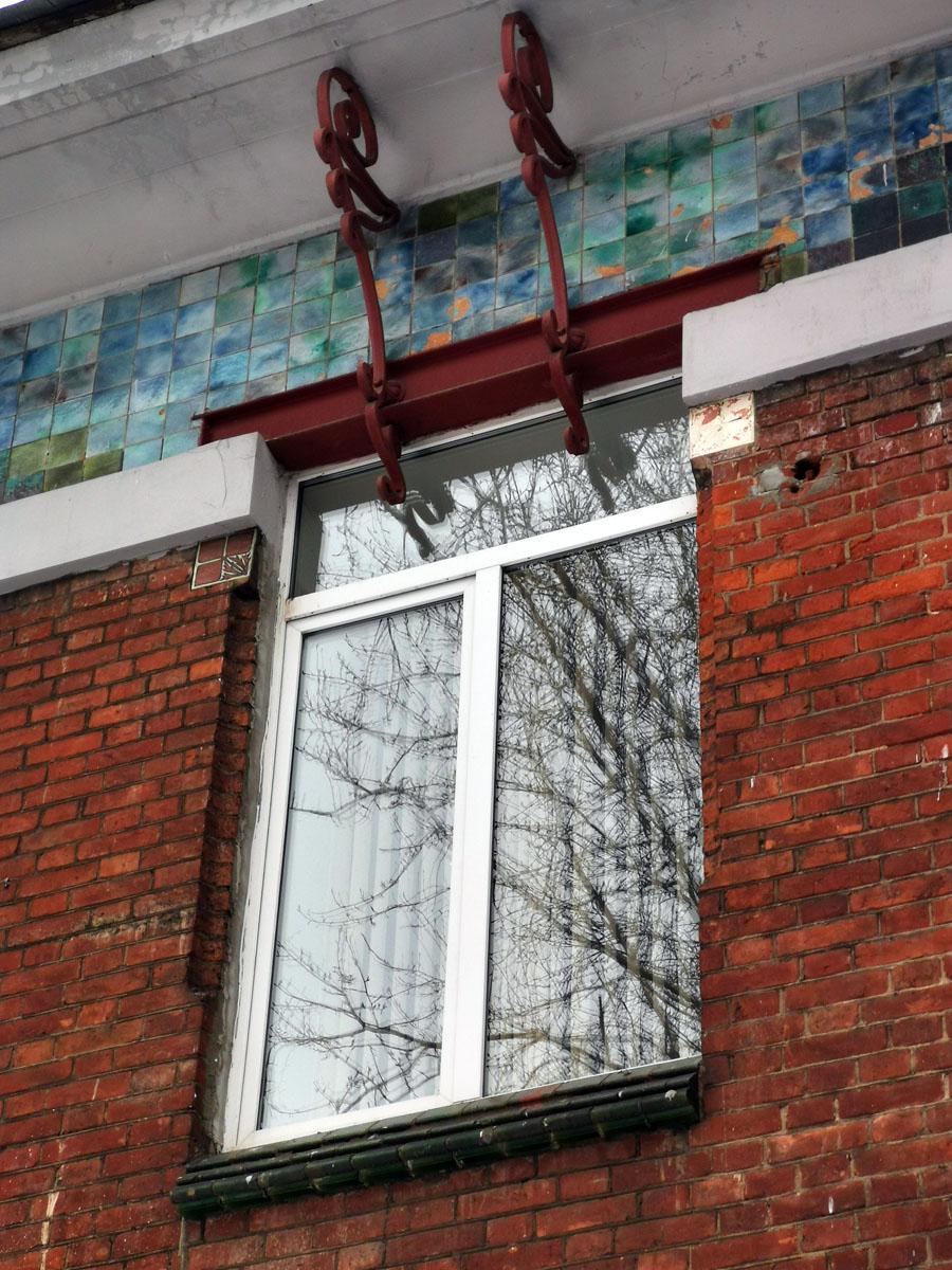 Швеллер над окном не спрятан, а является элементом декора и опорой изящных кронштейнов.