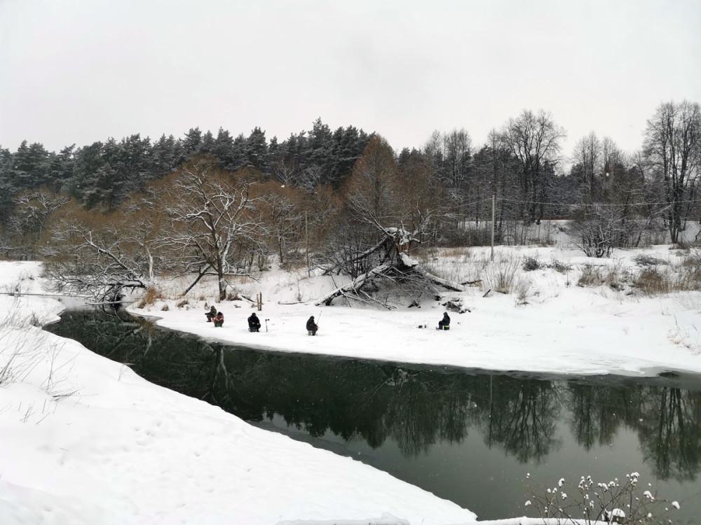 Льда ниже плотины практически нет. Но все же, рыбаки нашли кусочек...