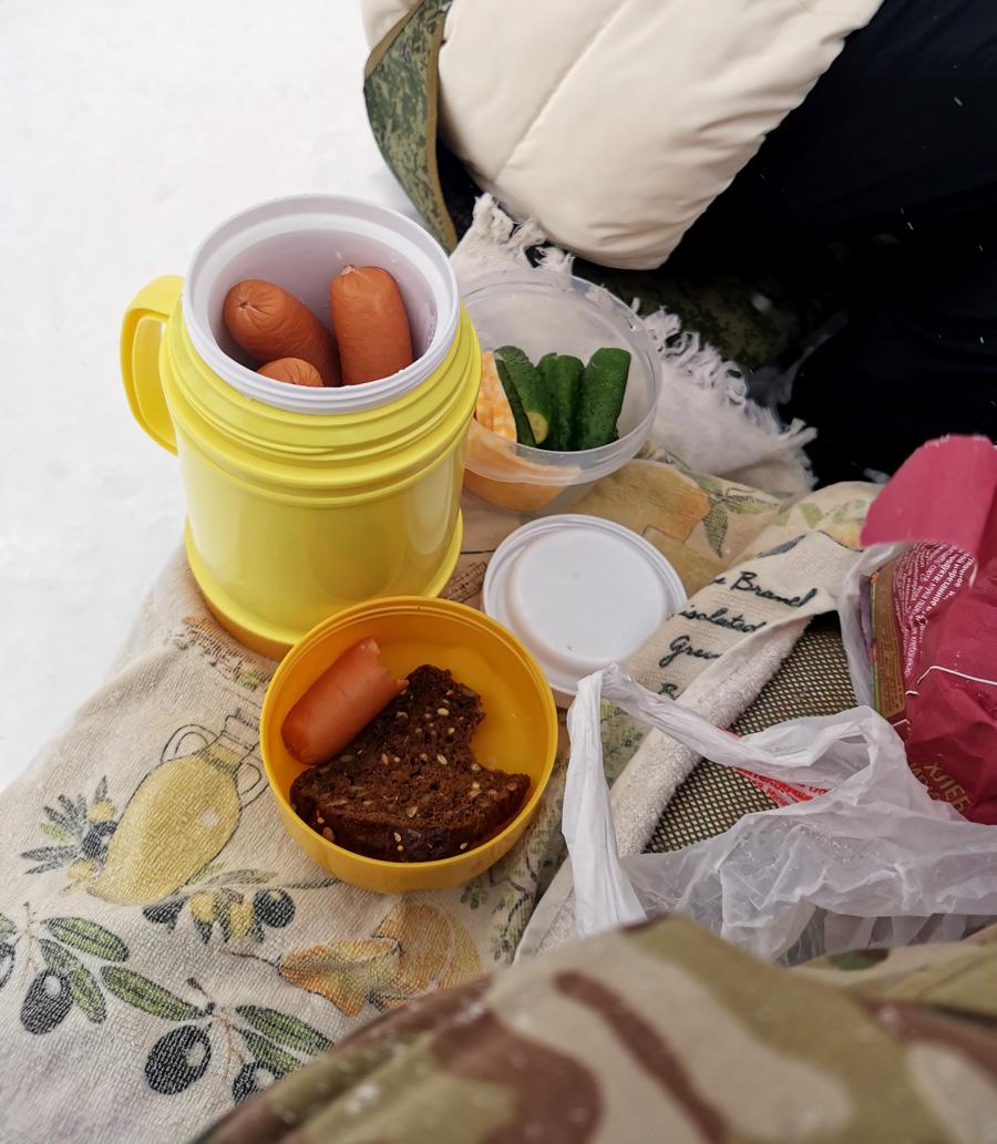 Привал с перекусом. Кстати, в термосах можно не только чай носить. Горячие сосиски на зимнем привале очень вкусно. И не надо разводить костер или нести с собой газовую горелку.