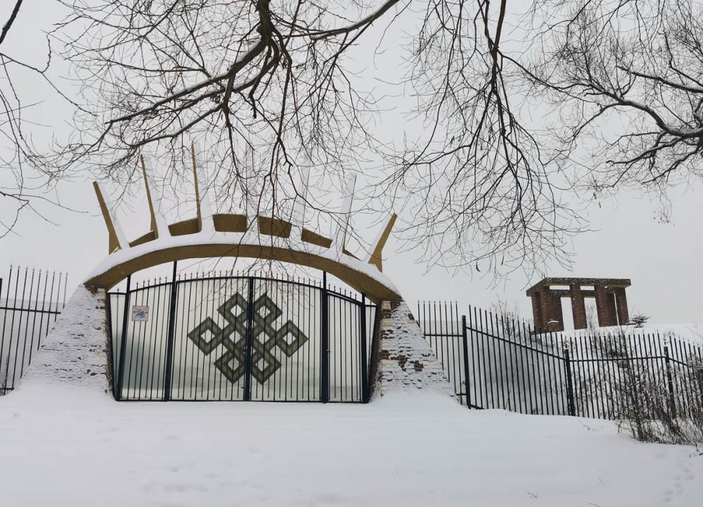 Ворота с аркой в виде лучей.