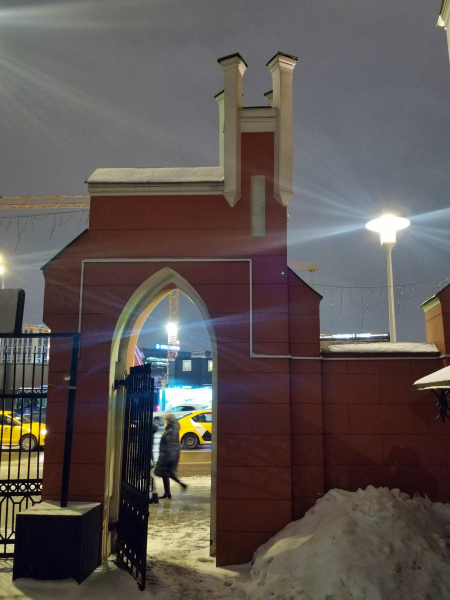 Ворота выходят на улицу Зацепский Вал...
