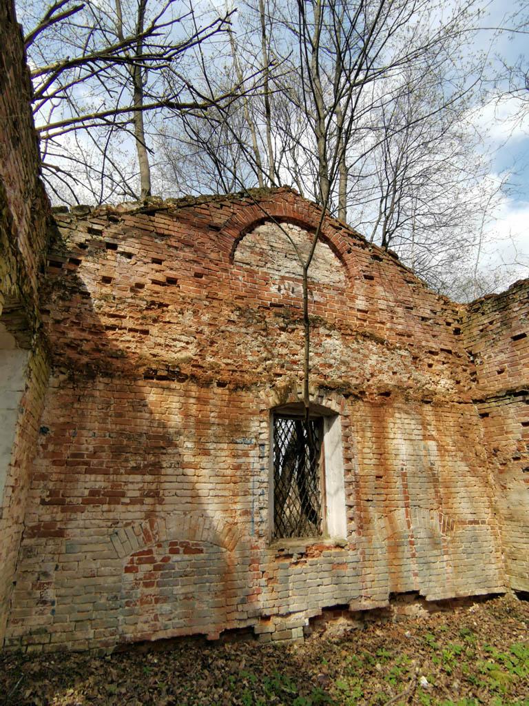 В этом году решетки на двух окнах выломали... Кстати на храме рядом точно такие же решетки