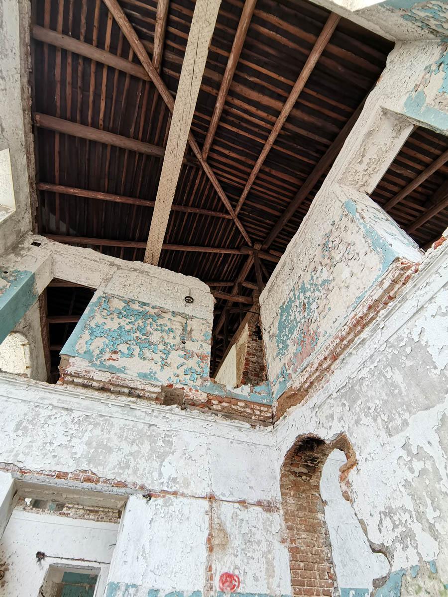 Радует, что у здания сохранилась крыша. Ее наличие делает разрушение не таким быстрым, как под открытым небом..