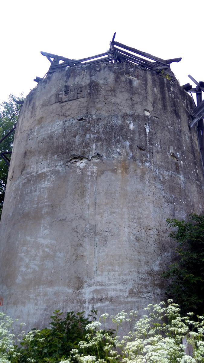 """""""1954г VII"""" отлито на ее бетонном боку."""