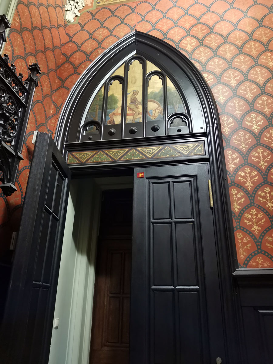 Входная дверь вестибюля