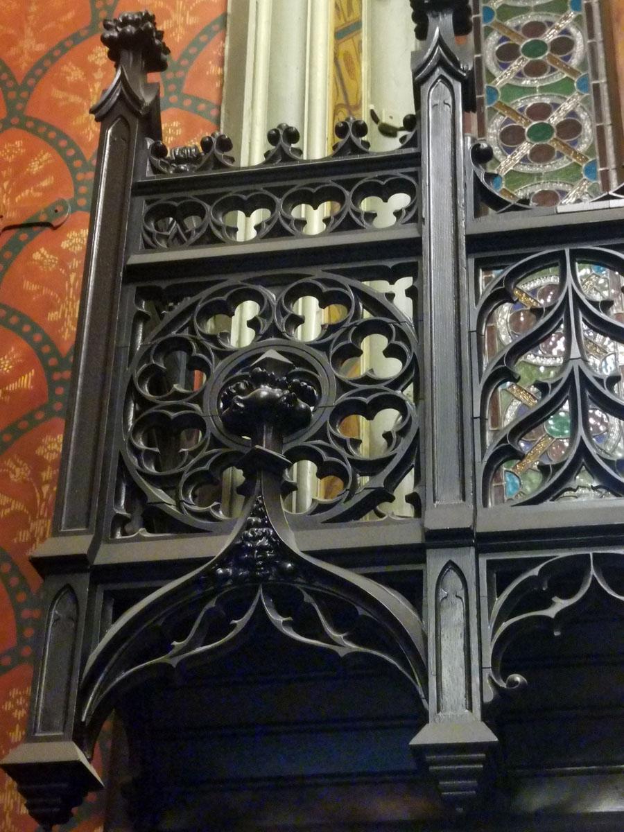 Напротив лестницы большое окно-витраж с ограждением.