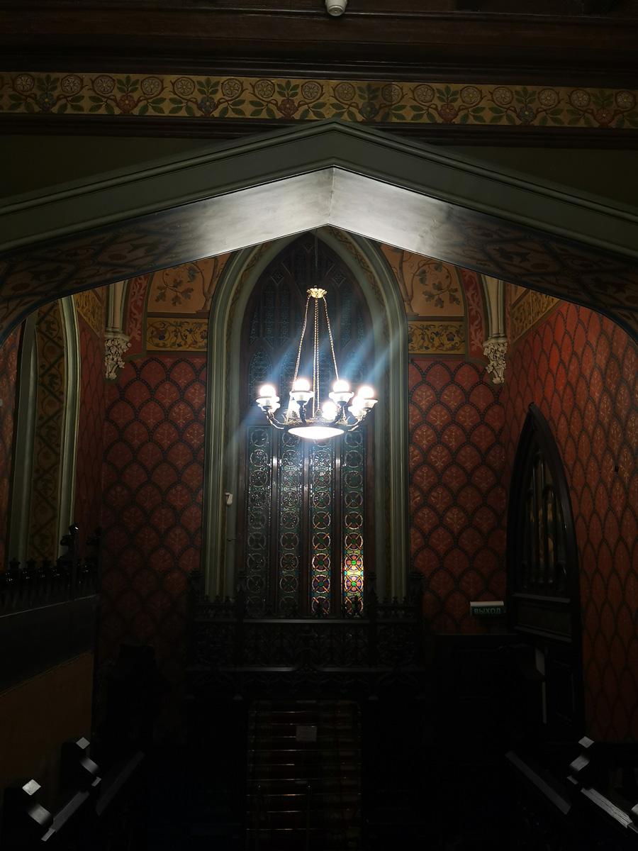 В вестибюле достаточно темно, поэтому не очень удобно фотографировать...