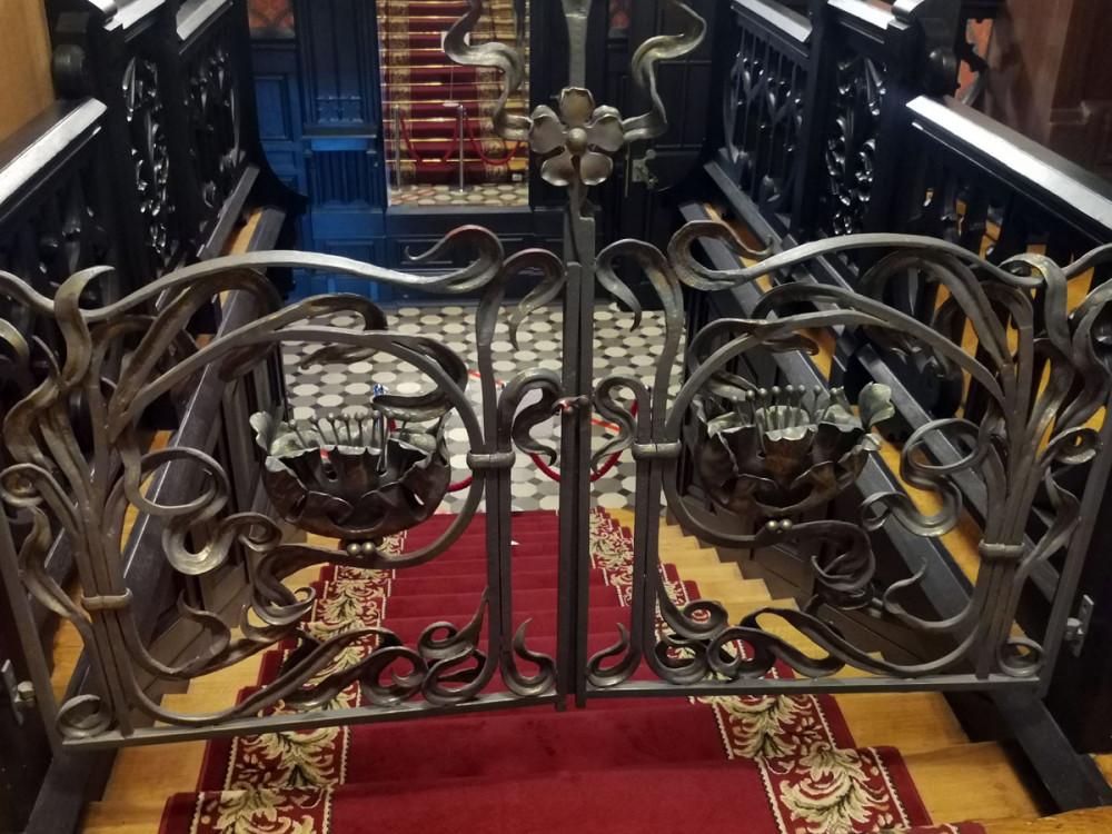 Воссозданы утраченные кованые металлические воротца лестницы.
