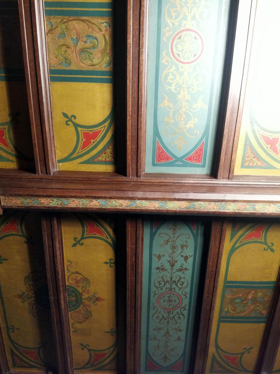Узорчатый потолок помещения. Перекрытие выполнено из продольных и поперечных деревянных балок, образующих правильные рельефные прямоугольники.