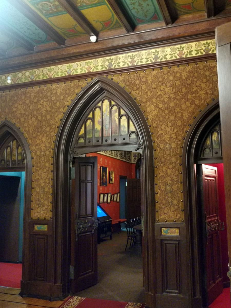 Стрельчатые двери на верхней площадке вестибюля.