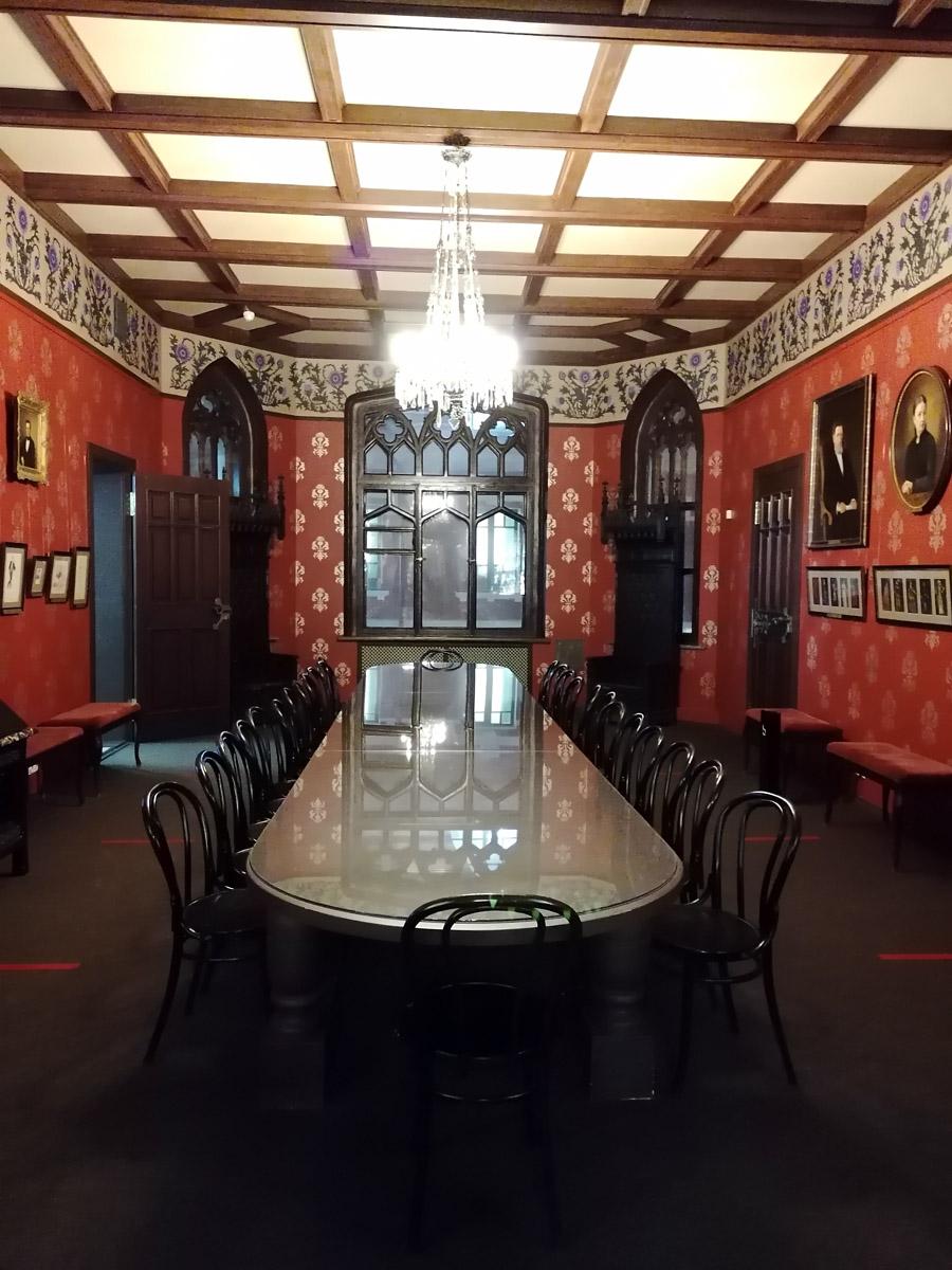 Самое большое помещение особняка – это готическая «Граненая» столовая.