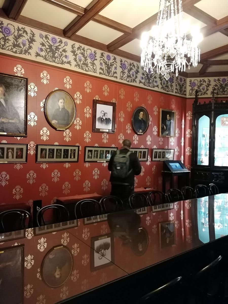 Если посмотреть на архивные фото столовой, то видно, что в ходе реставрации полностью восстановить интерьеры столовой не удалось.
