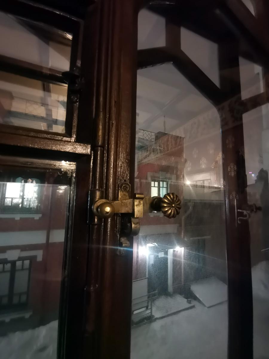 Старинная фурнитура окна и вид на заснеженный двор особняка, ведь #наулицезима.