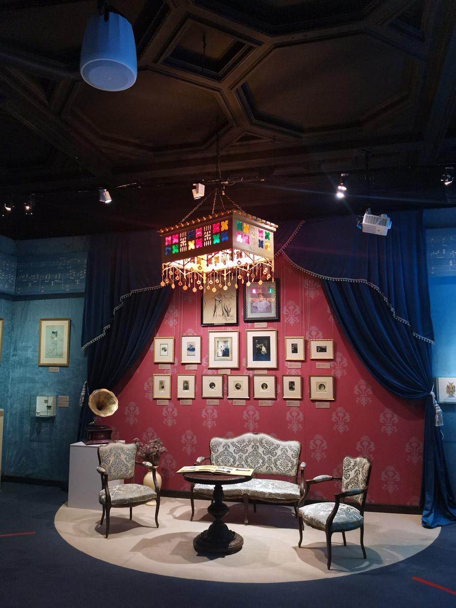 Вот такой интересный уголок в одном из залов музея. Обратите внимание на шикарную люстру. В Граненой столовой раньше были именно такие фонари из цветного стекла и латуни.
