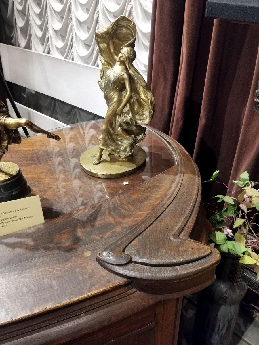 Статуэтка на столе — танец «Модерн». Начало ХХ века, Франция. Бронза, бирюза.
