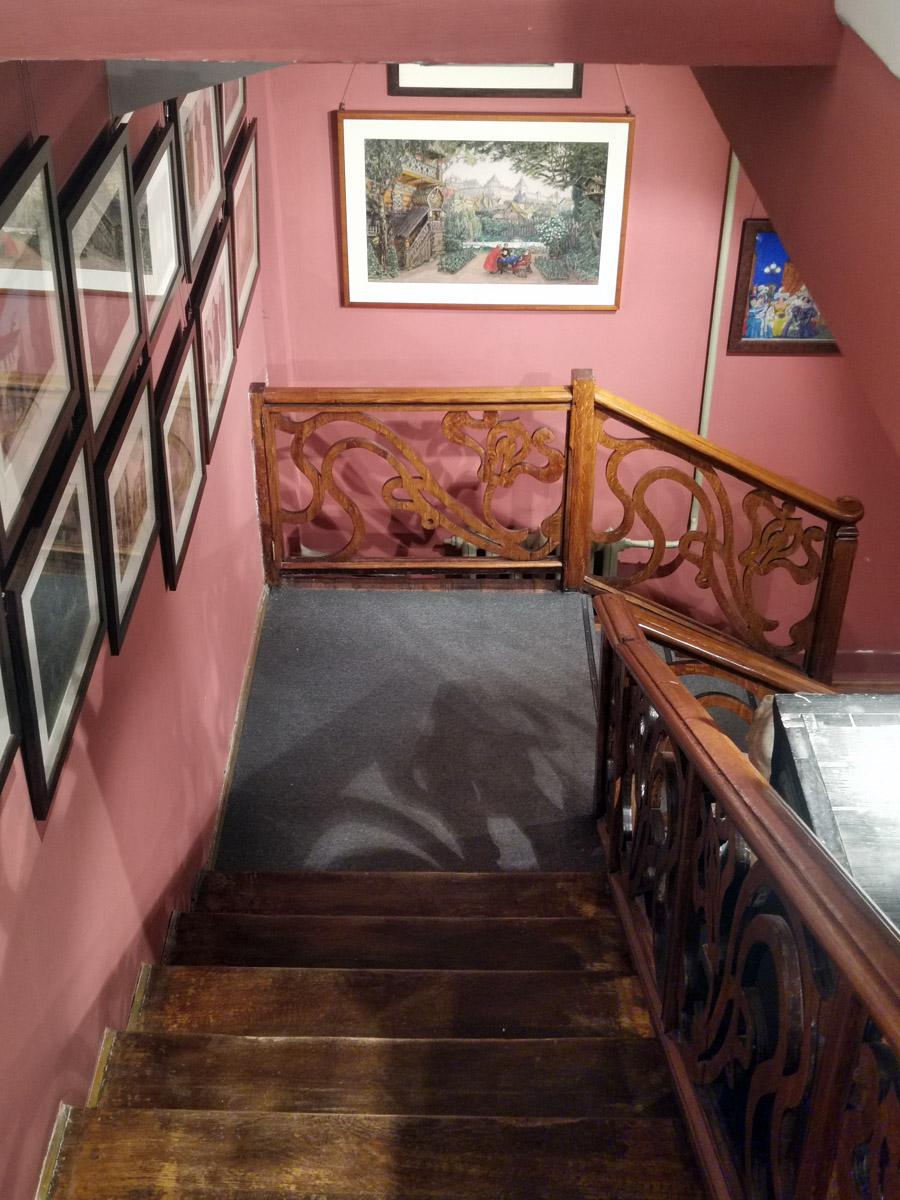 В углу кабинета сооружена лестница вниз в рабочий кабинет Бахрушина (хранилище), который размещался внизу в цокольном этаже. Лестница эта была построена не сразу.