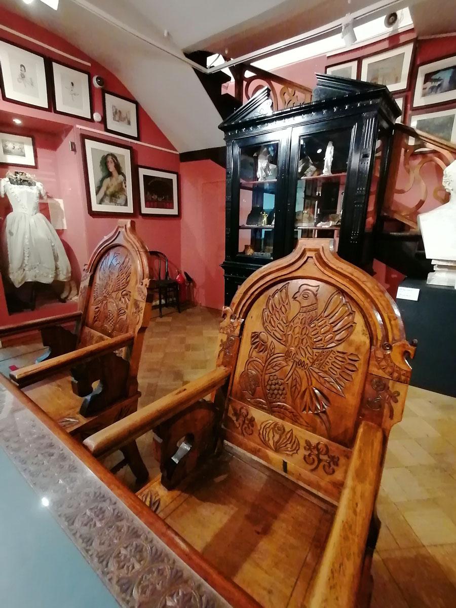 Хранилище А.А. Бахрушина – нынешнее название этого зала. Мебель в этом помещении антикварная, хотя и разнородная, но она принадлежала самому основателю музея.