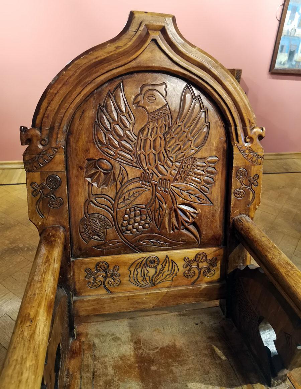 Посередине комнаты большой стол с резными ножками и четыре стула ручной работы, автор которой живописец Виктор Васнецов