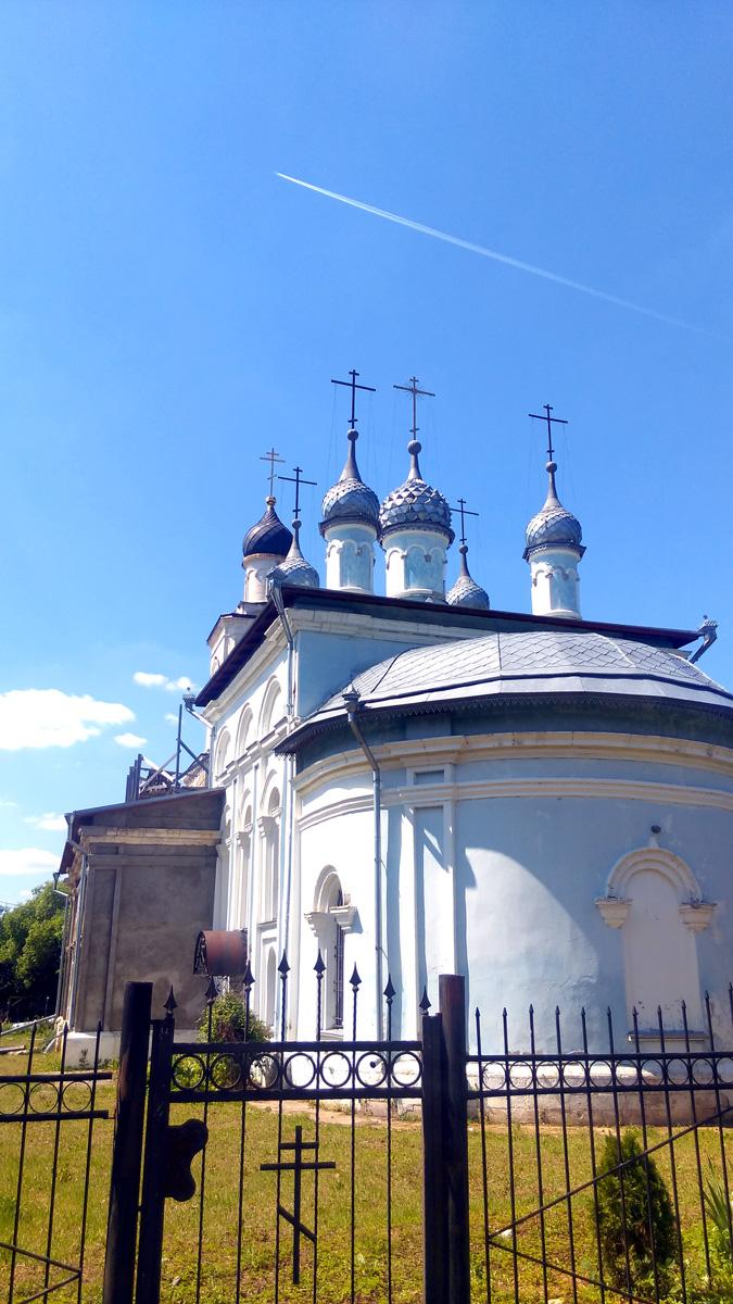 В 1998 г. в храме начались богослужения и реставрационные работы.