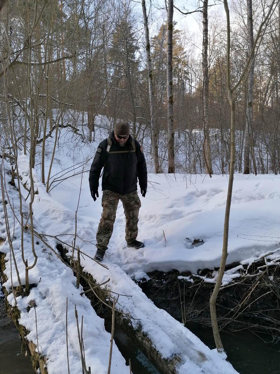 Из-за мороза после оттепели на бревне местами образовался лед.