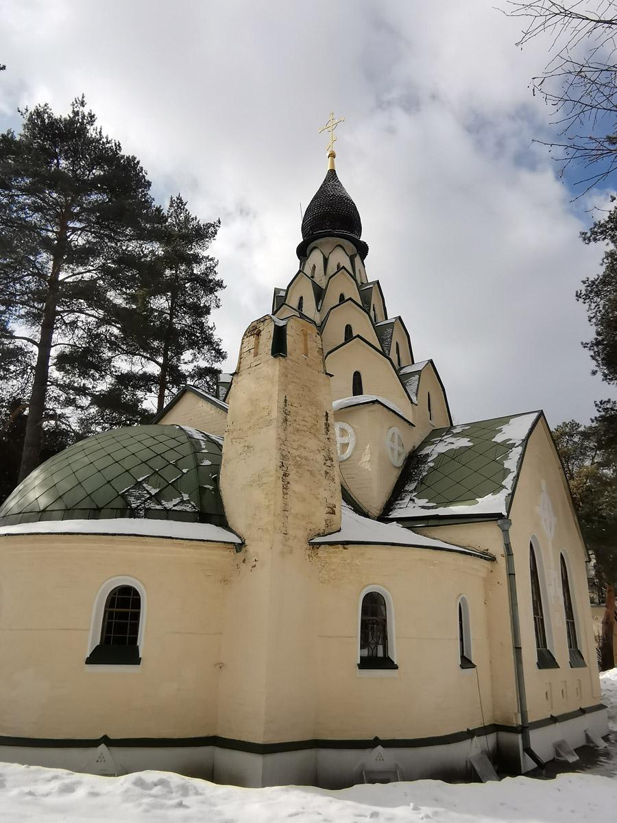 Храм гармонично сочетает модерн и русский стиль.