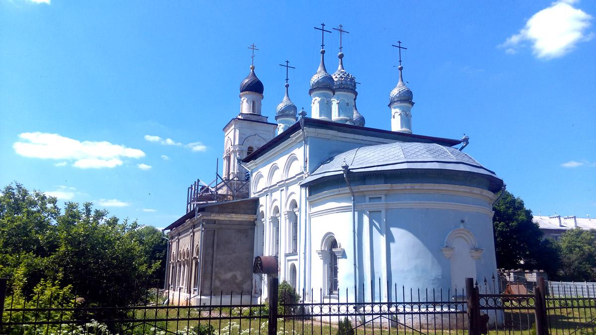 """Напротив храма бывший пионерский лагерь """"Небо Москвы"""". Теперь там военные. Но за забором видны старые полуразрушенные лагерные корпуса."""