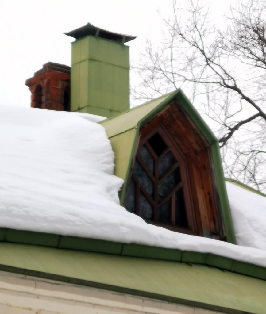 Слуховое окно напоминает по форме кокошники храма.