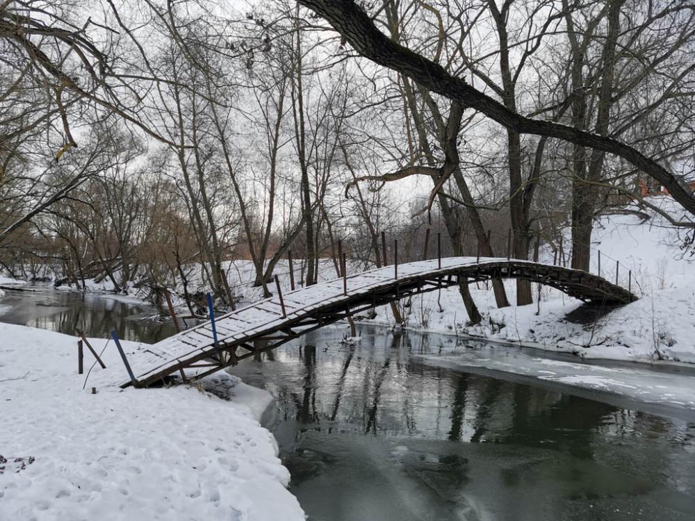 Пешеходный мост на реке Рожайка. Кстати, не единственный. Ее берега соединяет множество мостов различной конструкции, созданных народными умельцами.
