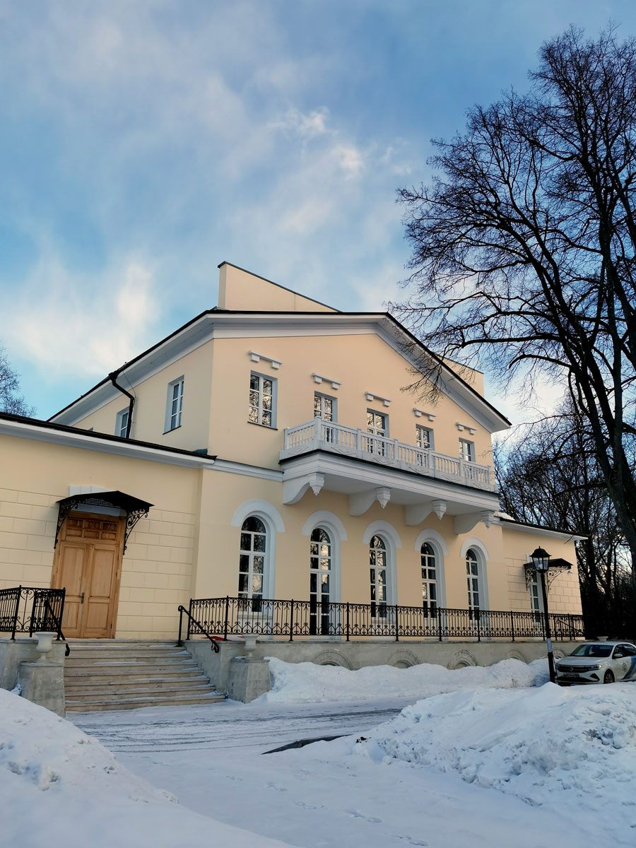 Усадебный дом С. А. Пржевальской. Много лет он простоял заброшенным, но потом его привели в порядок и перепрофилировали в  хоспис для детей.