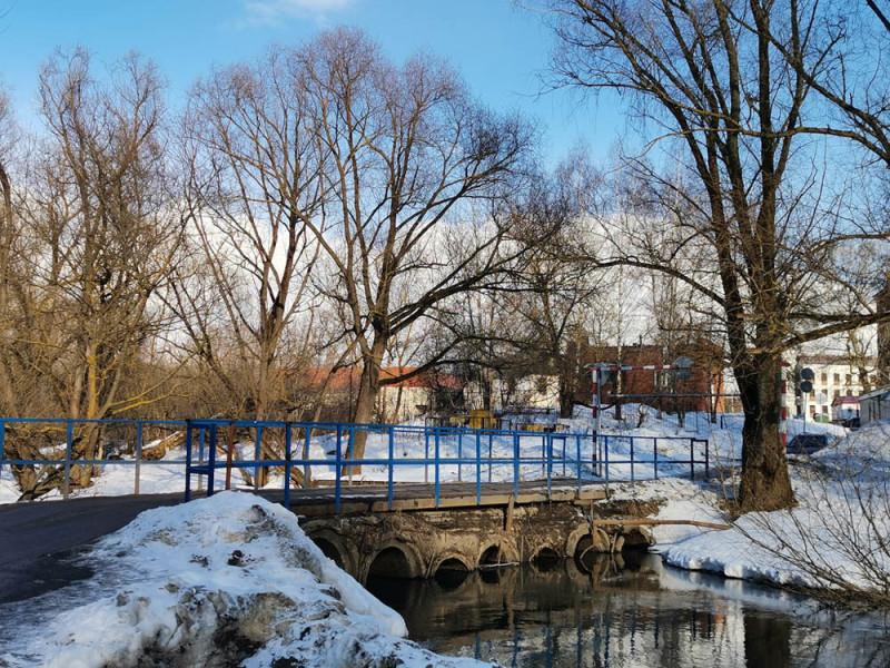 Автомобильный мост через реку Рожайка. Мост почти каждый апрель уходит под воду и на это время проезд закрыт. При последнем ремонте моста немного увеличили его высоту. Насколько это помогло, не знаю. Дорога возле моста все-равно осталась в низине.