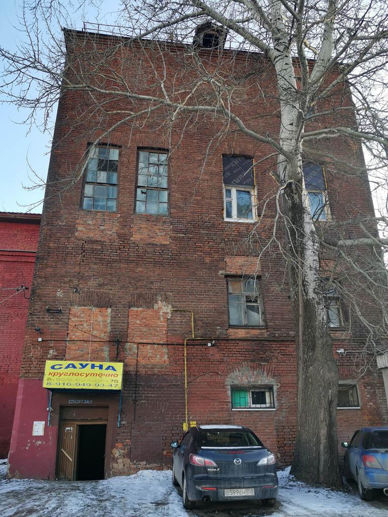 Здание входящее в комплекс построек бывшей Константиновской шерстепрядильной фабрики. Сейчас здесь баня.