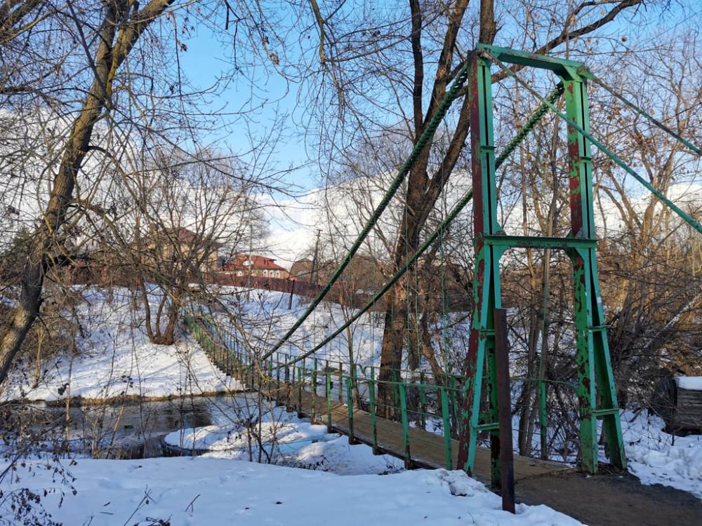Подвесной мост через Рожайку. Вместо тросов или металлической арматуры использована цепь от какого-то станка или иного механизма.