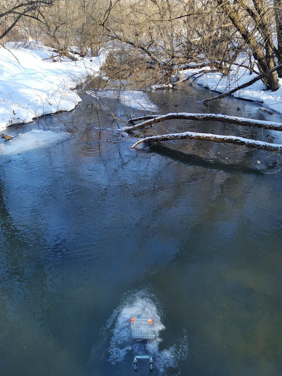 Фото на реку и тележку из магазина, которую сбросили в воду альтернативно одаренные индивидуумы.