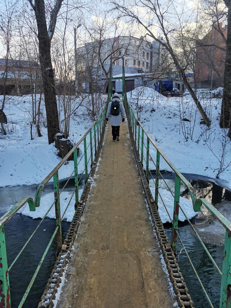 Этот оригинальный мост тоже время от времени уходит под воду во время разлива Рожайки...