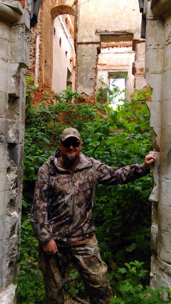 А вот, внутри здания природа берет свое. За входной дверью маленький лес.