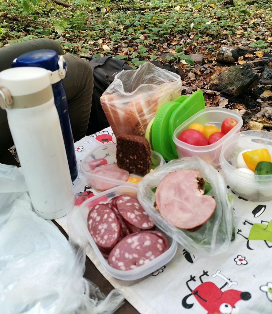 Устали и проголодались... Время привала на обед. Ничего особенного или высокотехнологичного. Просто бутерброды, вареные яйца и овощи со своей теплицы.