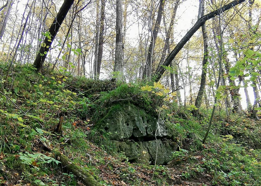 Камень на вершине склона. До него метров 10-15 от уровня реки.