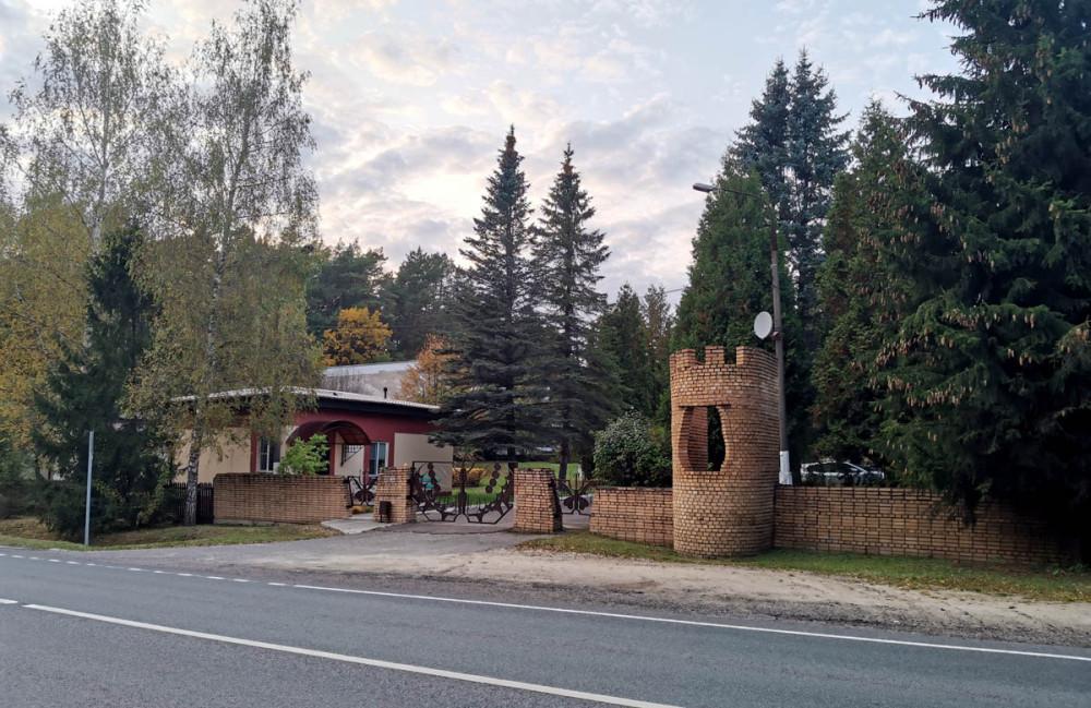 Рядом санаторий-профилакторий «Родничок». Или что там теперь... Красивые ворота-бабочка и имитация крепостной башни.