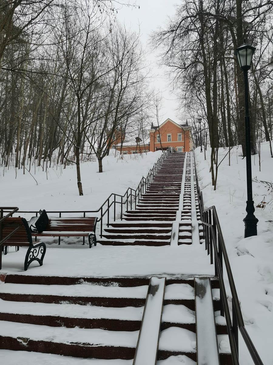 Длинная лестница к усадьбе Тимохово-Салазкино. С осмотра усадьбы и начнем.