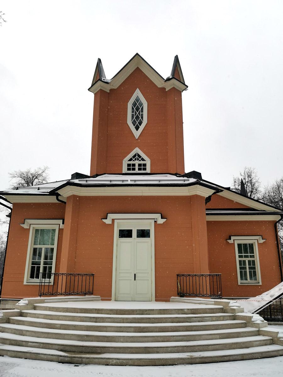 В главном доме запланированы ЗАГС, зал торжеств и музей. Пока дом закрыт для посещения и огорожен полосатой лентой.