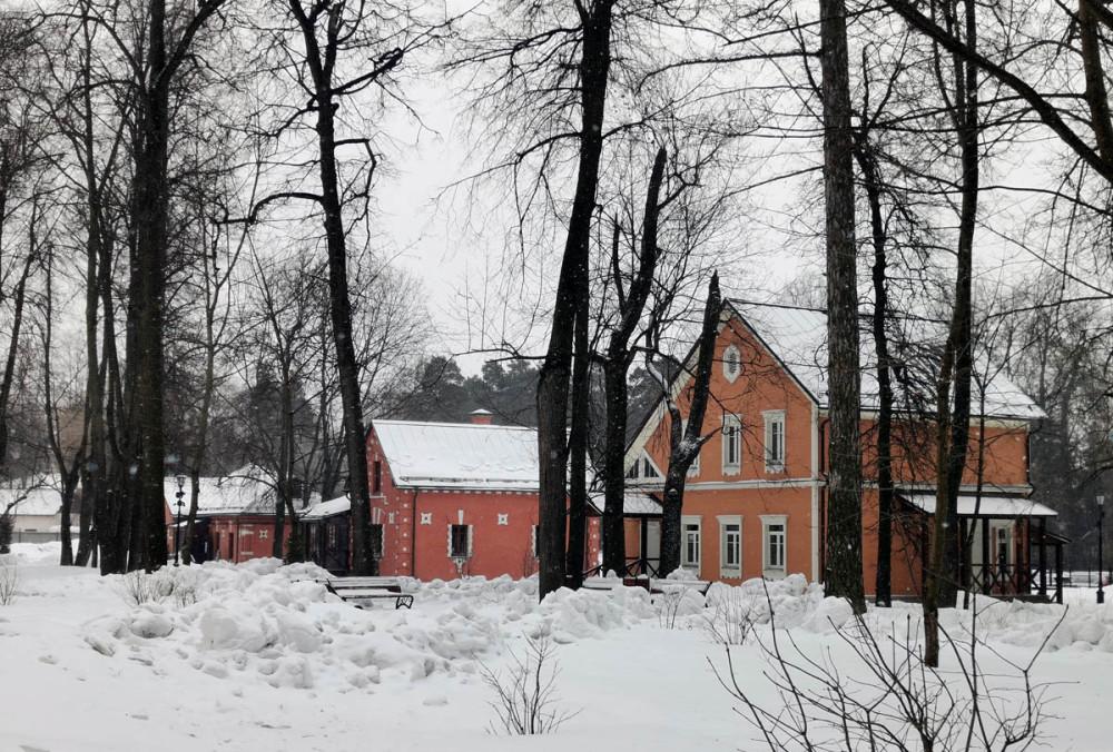 Вид на бывшие хозяйственные постройки усадьбы.