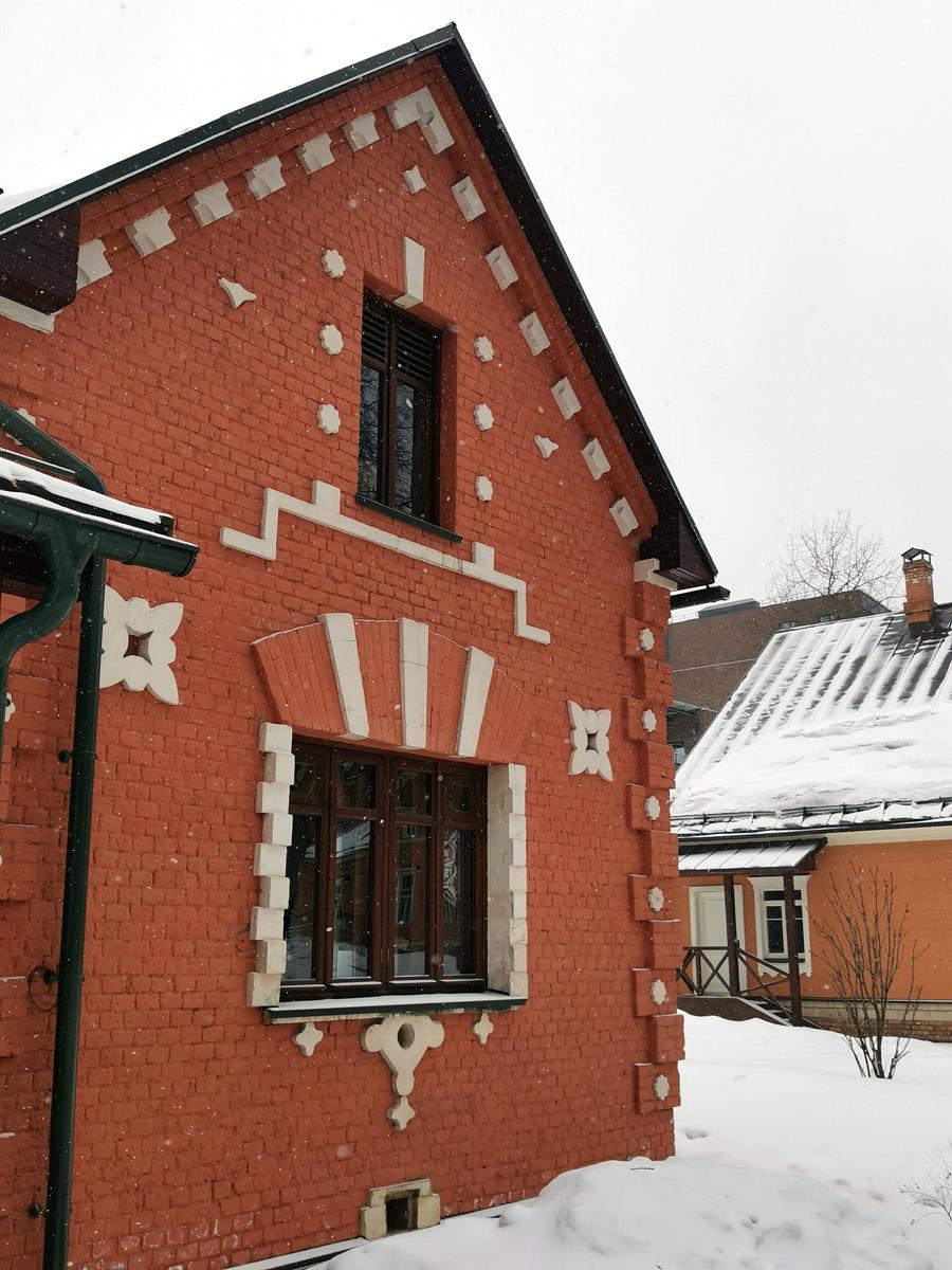 Почти все постройки усадьбы из кирпича и с индивидуальными белыми каменными узорами.