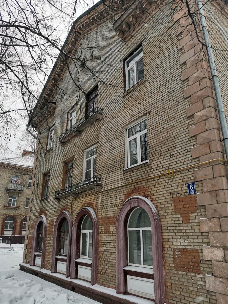 А вот, это дом 1952 года. Историческая часть города застроена в 1950-тых годах 2-3-х этажными домиками в едином стиле.